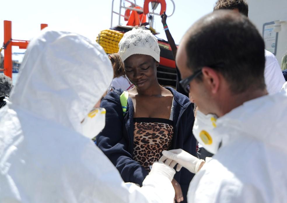 Mulher recebe atendimento médico após desembarcar nesta quarta-feira (15) do navio Aquarius em Malta (Foto: Guglielmo Mangiapane/Reuters)
