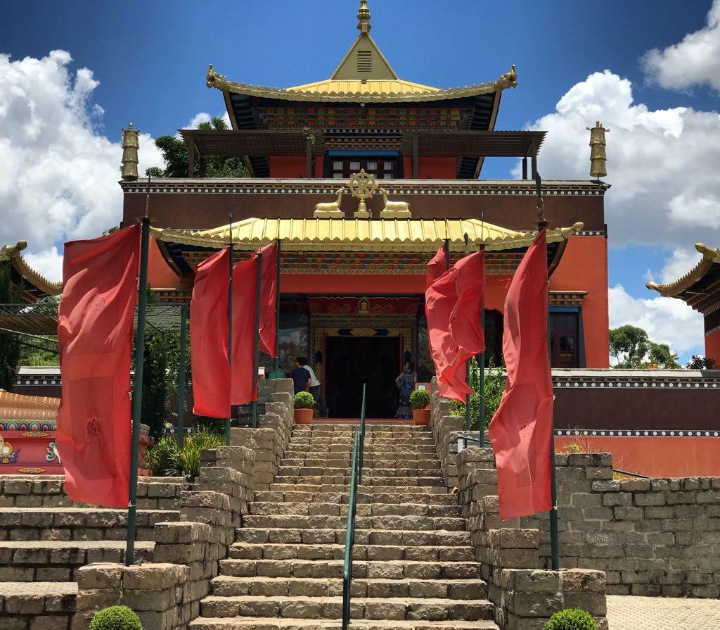 Chagdud Gonpa Odsal Ling: Templo Budista Tibetano ao lado de sua casa
