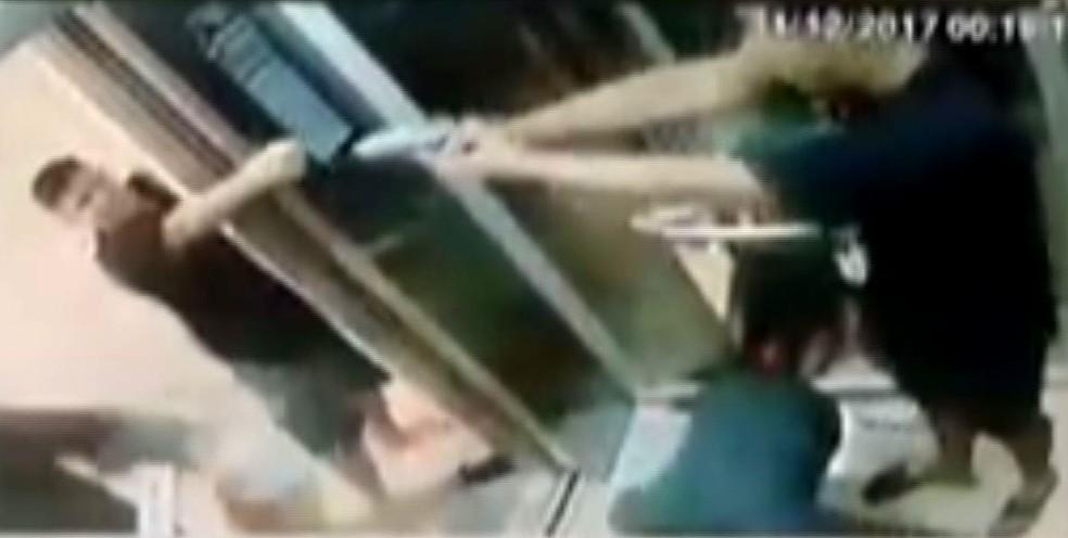 7ee049e41 ... Vídeo mostra jovem com arma na mão durante briga — Foto  Reprodução