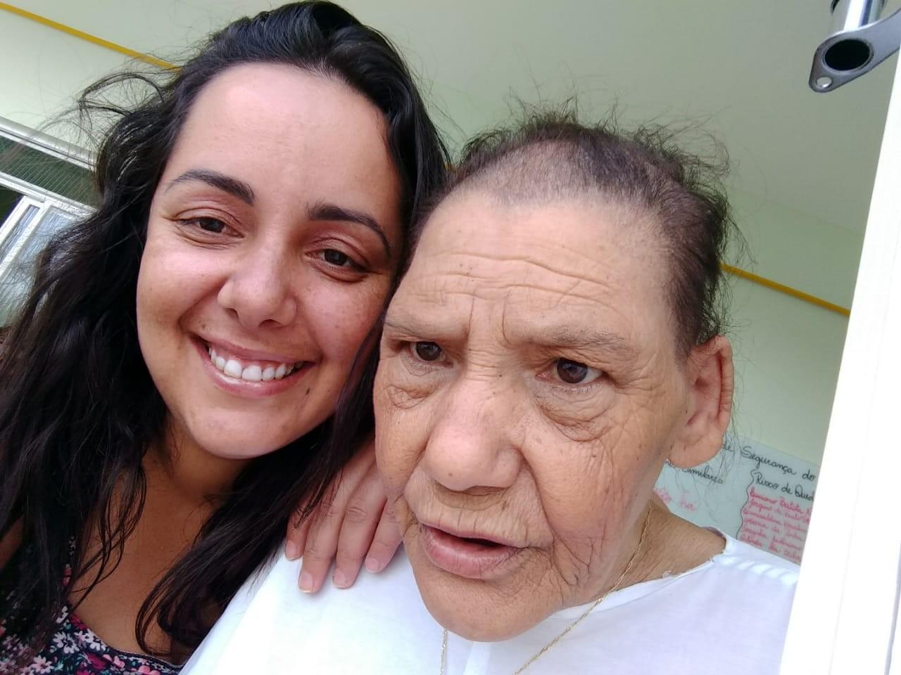 Técnica de enfermagem de hospital em MG adota senhora com câncer abandonada pela filha  - Notícias - Plantão Diário