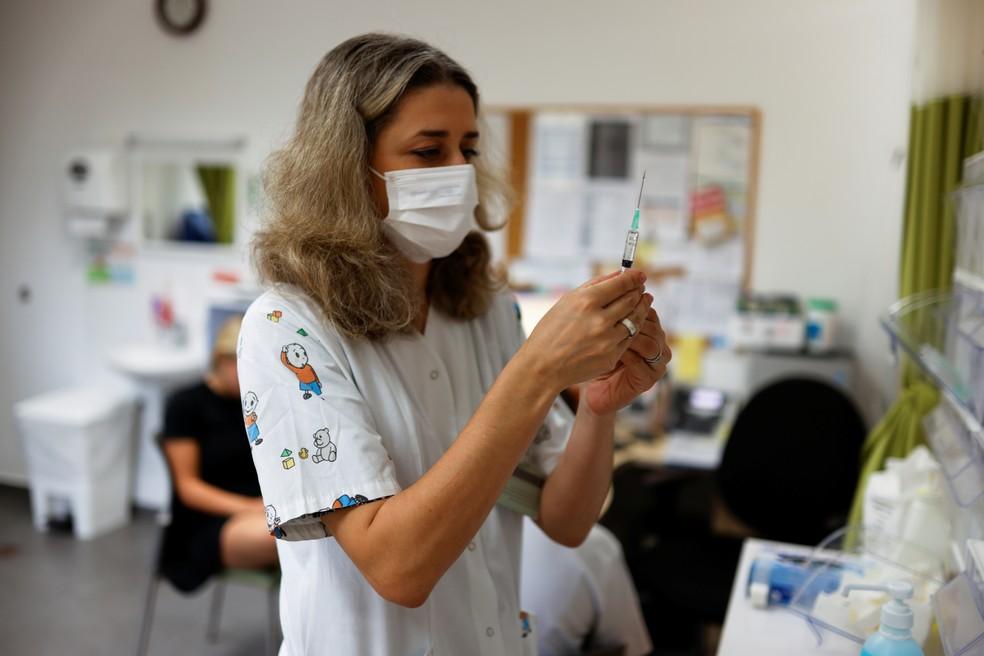 Profissional de saúde prepara dose de vacina contra a Covid-19 em Tel Aviv, Israel, no dia 21 de junho. — Foto: Amir Cohen/Reuters