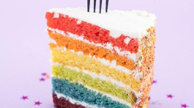 O bolo de arco-íris em homenagem a uma das cenas mais memoráveis do filme. (Foto: Divulgação)