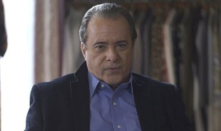 Na segunda-feira (25), Olavo (Tony Ramos) anunciará que desistiu da fonte, deixando Valentina (Lilia Cabral), Gabriel (Bruno Gagliasso) e Marcos Paulo (Nany People) confusos.  | TV Globo