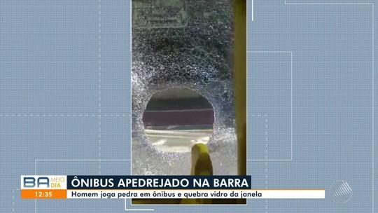 Homem joga pedra em ônibus e quebra vidro no domingo, no bairro da Barra