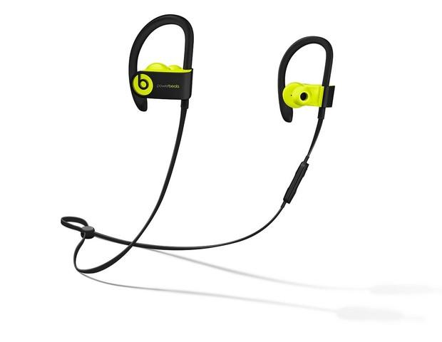 Powerbeats3 Wireless | Ideal para atletas, o fone é resistente à água e ao suor e conta com bateria de 12 horas de duração. Permite fazer e receber chamadas, reproduzir música e ativar o assistente digital sem ter que tocar em seu dispositivo | Da Beats,  (Foto: Divulgação)