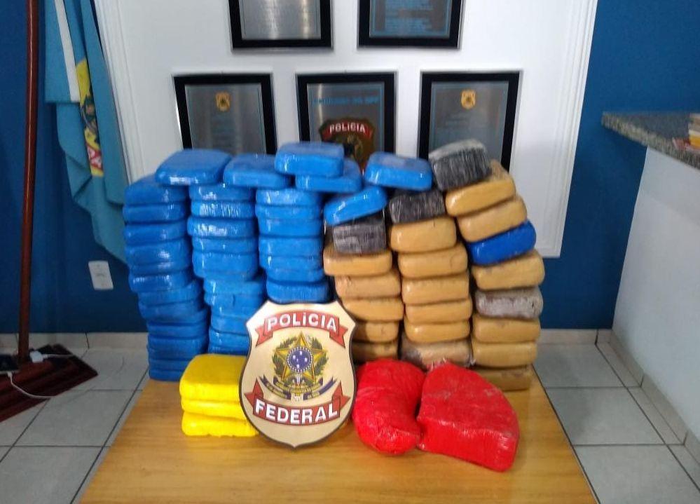 PF prende dois suspeitos de abandonar barco com mais de 80 quilos de droga no Rio Juruá