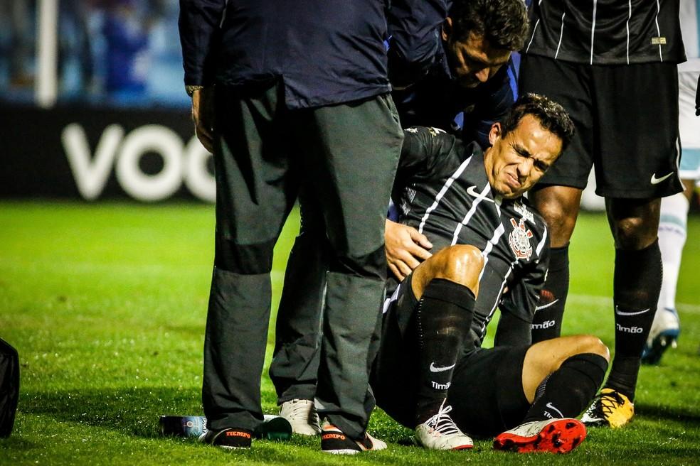 Jadson se machucou no começo do jogo do Corinthians com o Avaí, em Florianópolis (Foto: Thiago Pedro/Futura Press)