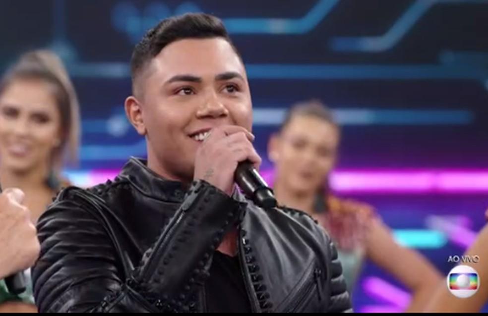 Felipe Araújo cantou'Atrasinha' no palco do'Domingão' — Foto: TV Globo