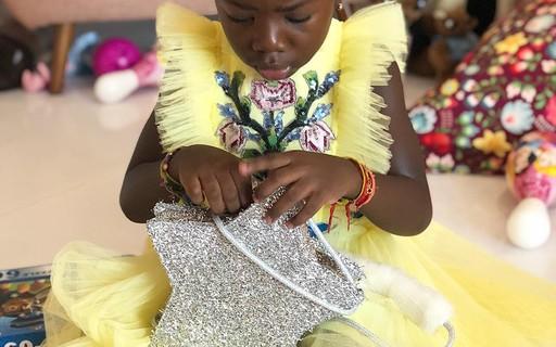Titi veste Gucci em aniversário de 5 anos