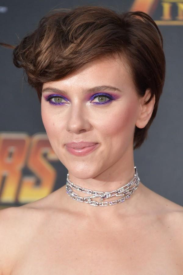 A maquiagem focada nos olhos coloridos de Scarlett Johansson, com sombra perolada no canto interno para iluminar o olhar e degradê de sombras roxa e rosa. (Foto: Getty Images)