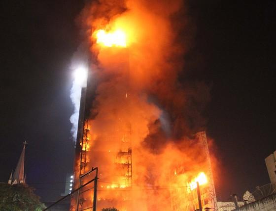 Prédio desaba durante incêndio na madrugada do dia 1°, no Largo do Paissandu, no centro de São Paulo. O prédio pertenceu à Polícia Federal, mas estava desativado e ocupado por sem-teto (Foto: ILLIAN MOREIRA/FUTURA PRESS/FUTURA PRESS/ESTADÃO CONTEÚDO)