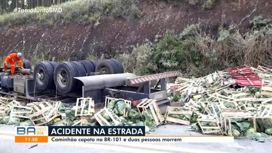 Dois homens morrem após caminhão capotar na Bahia; veículo ficou destruído e carga espalhada por rodovia