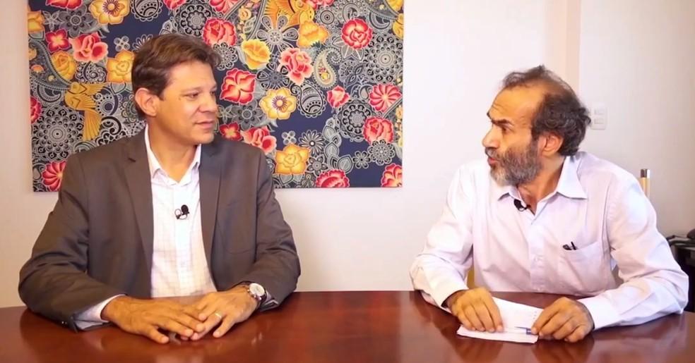 O candidato do PT, Fernando Haddad, durante entrevista a um site de notícias de Brasília — Foto: Reprodução/Facebook