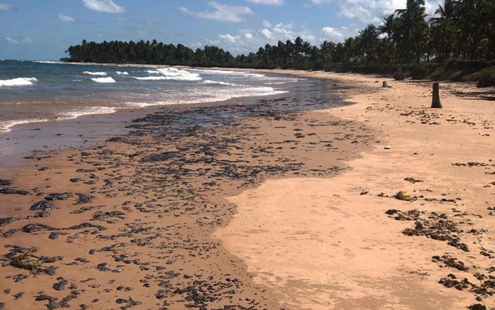 Fragmentos de óleo na praia da Saquaíra em Maraú, neste sábado (9) — Foto: Arquivo Pessoal