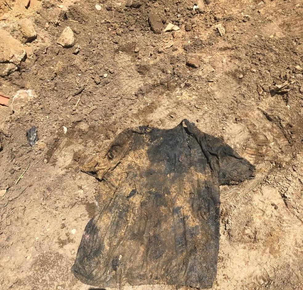 Camisa preta foi encontrada enterrada junto com ossadas de vítimas da milícia em Queimados — Foto: Reprodução/Arquivo Pessoal