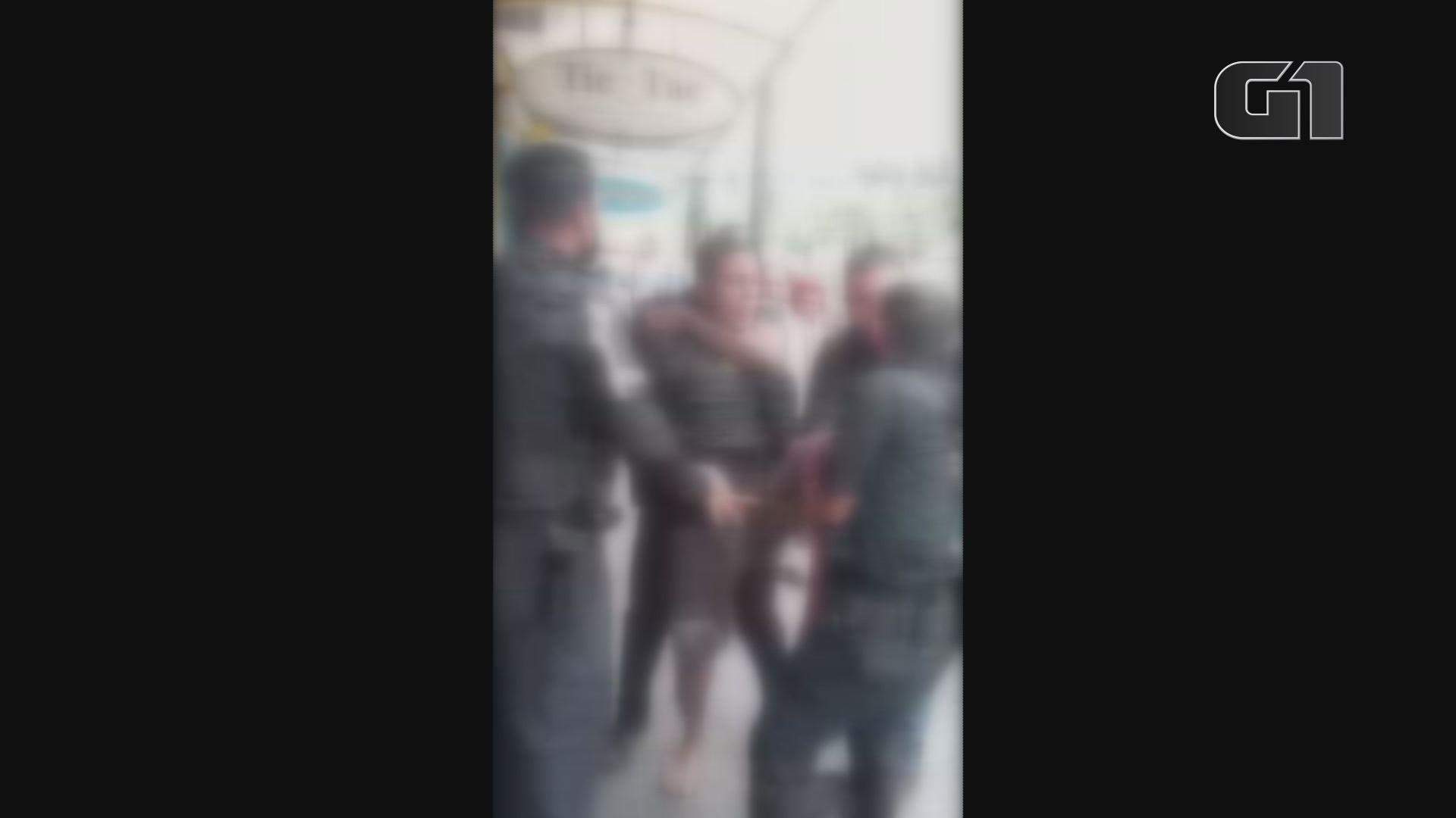 Ambulante entra em luta corporal com guardas municipais e confusão revolta a população em São Vicente; vídeo