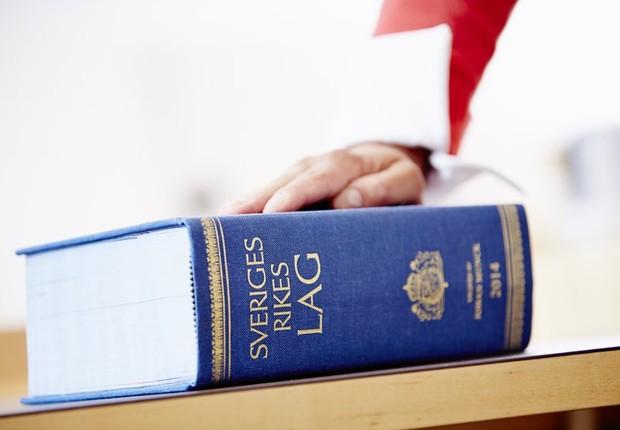 O período máximo de férias dos juízes na Suécia é de 35 dias - aqueles com até 29 anos não podem tirar mais de 28 dias (Foto: Patrik Svedberg/Divulgação via BBC)