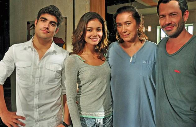 Depois que o marido, Pereirinha (José Mayer), sumiu no mar, Griselda ficou sozinha com os filhos, Antenor (Caio Castro), Quinzé (Malvino Salvador) e Amália (Sophie Charlotte). Ela, então, começou a trabalhar como faz-tudo e ganhou o apelido de Pereirão (Foto: TV Globo)
