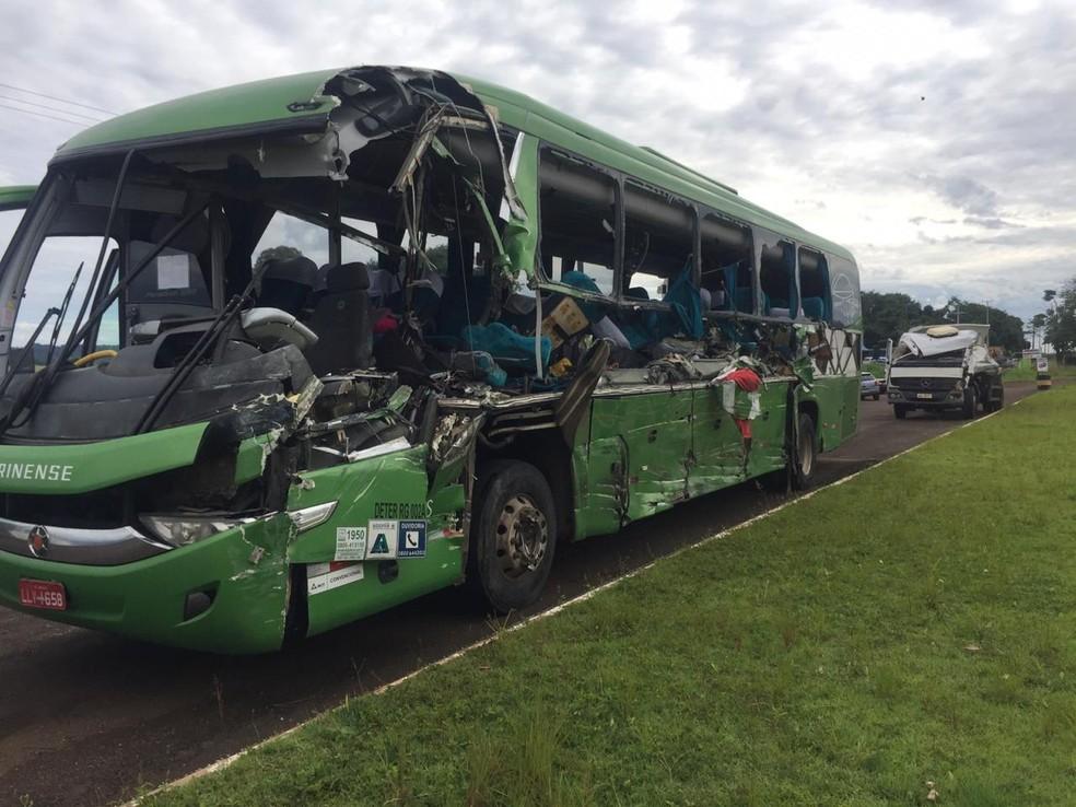 O ônibus que seguia de Lages (SC) para Foz do Iguaçu foi atingido na lateral pelo caminhã-caçamba de uma construtora de Palmas — Foto: Michelli Arenza/RPC