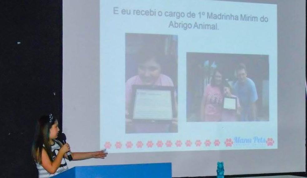 Manu dá palestras a crianças e adultos sobre cuidados com animais (Foto: Manu Pets/Divulgação)