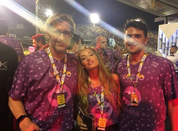 Bruna Griphao com o pai e namorado  (Foto: Ed Globo)