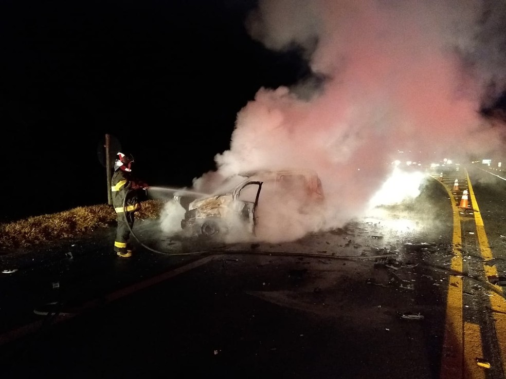 Um dos carros pegou fogo e as chamas foram controladas pelos bombeiros — Foto: Divulgação/Corpo de Bombeiros