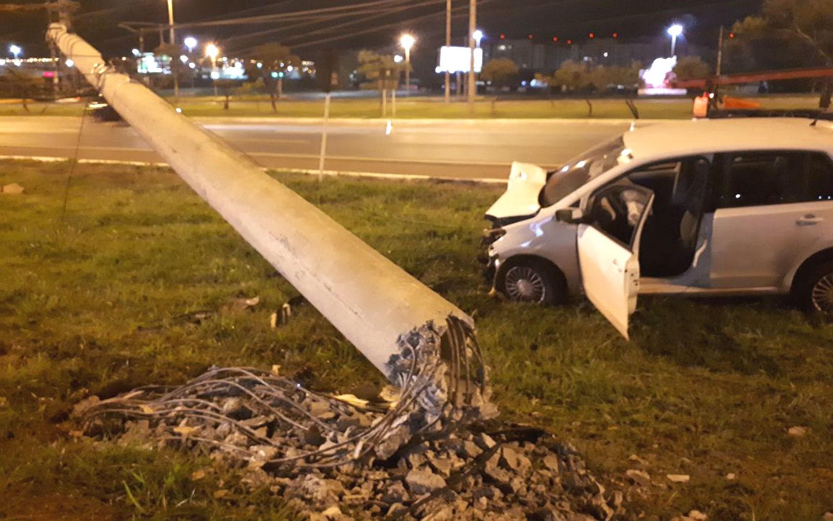 Carro derruba poste de energia elétrica em cima de pista no DF