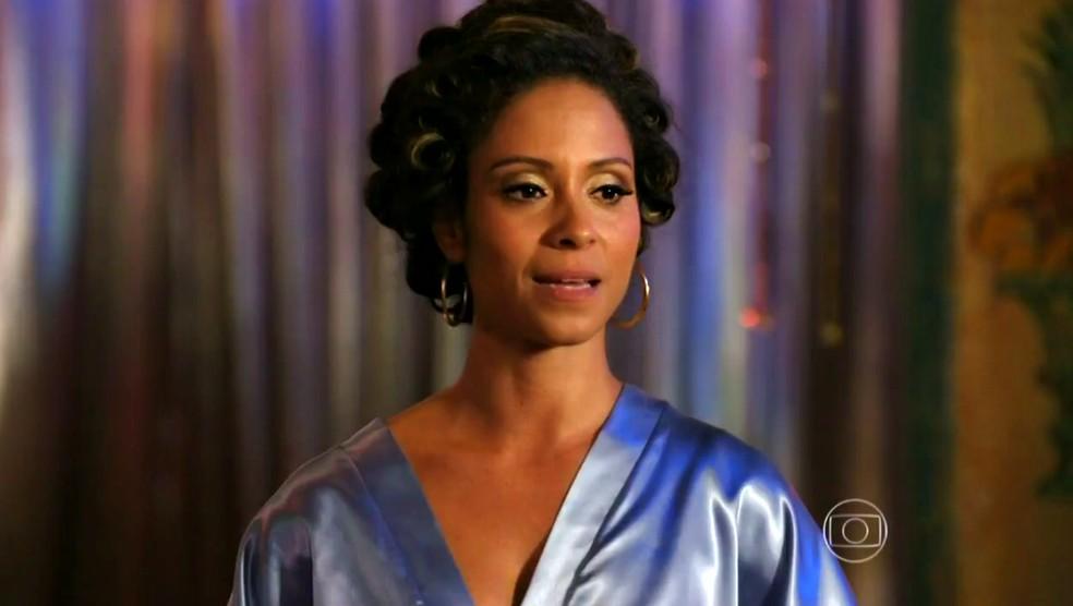 Nicole (Cinara Leal) diz a Duque (Jean Pierre Noher) que vai arranjar a cantora perfeita para cantar no Flor do Caribe — Foto: Globo