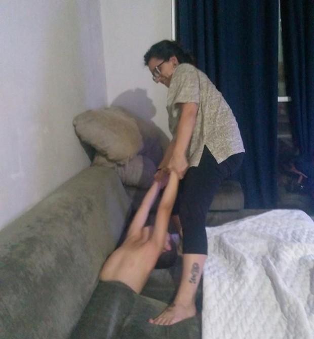 Davi ficou preso dentro do sofá (Foto: Reprodução/Facebook)