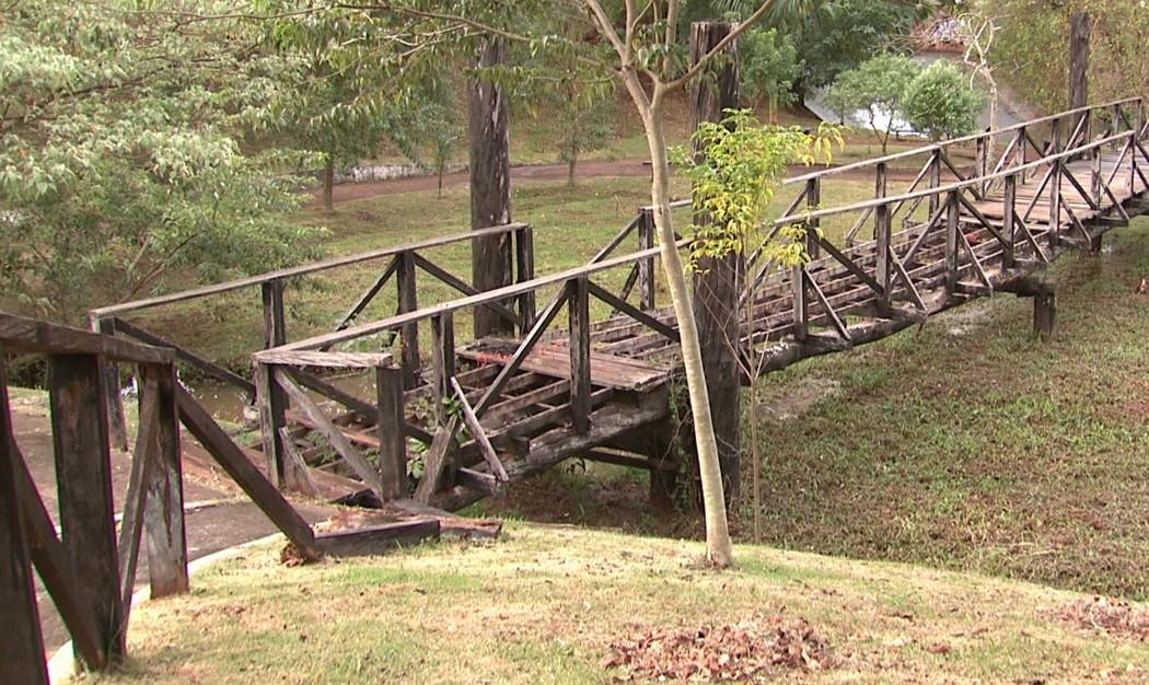 Vândalos ateiam fogo em uma das pontes do Lago Igapó, em Londrina