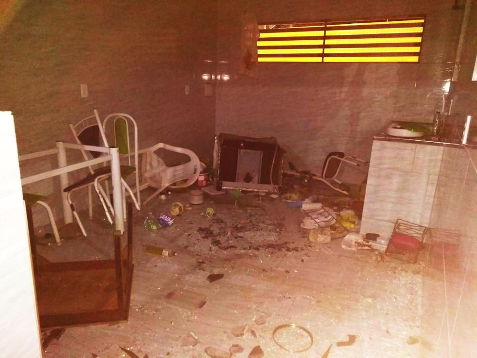 Casa de suspeito foi invadida, saqueada e depredada por moradores revoltados com o desaparecimento e possível assassinato Yasmim (Foto: Rafael Barbosa/G1)