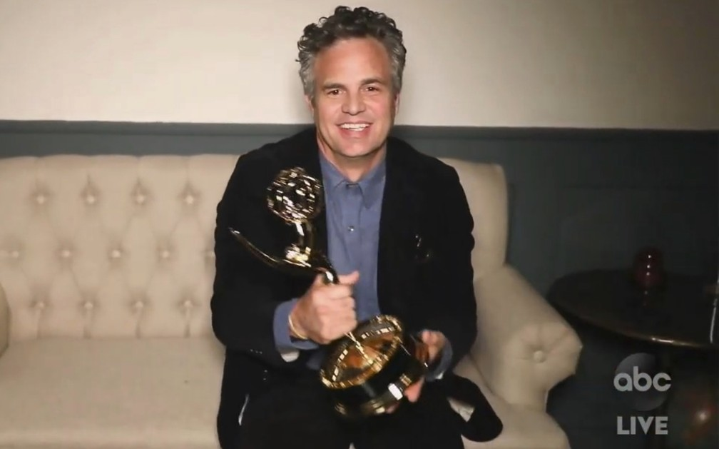 Mark Ruffalo agradece o Emmy por 'I Know This Much Is True' — Foto: The Television Academy e ABC Entertainment/AP