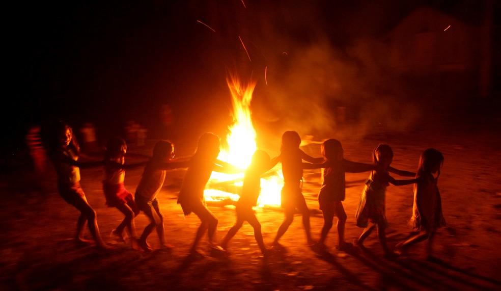 Crianças indígenas participam de ritual de agradecimento na aldeia Tekohaw, sudeste do Pará. — Foto: Especial/Raimundo Paccó