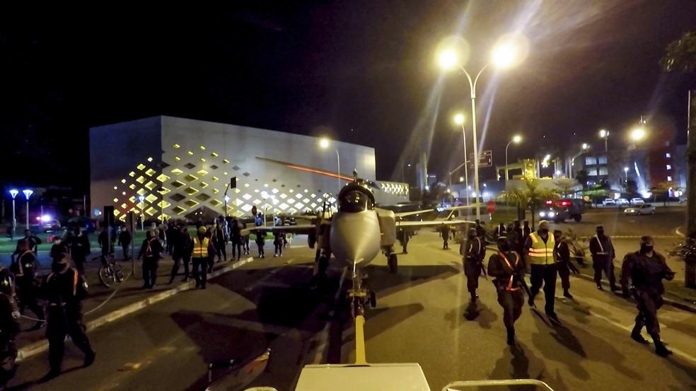 Caça foi rebocado pelas ruas de Navegantes para ser levado porto ao aeroporto em 22 de setembro — Foto: Saab/Divulgação