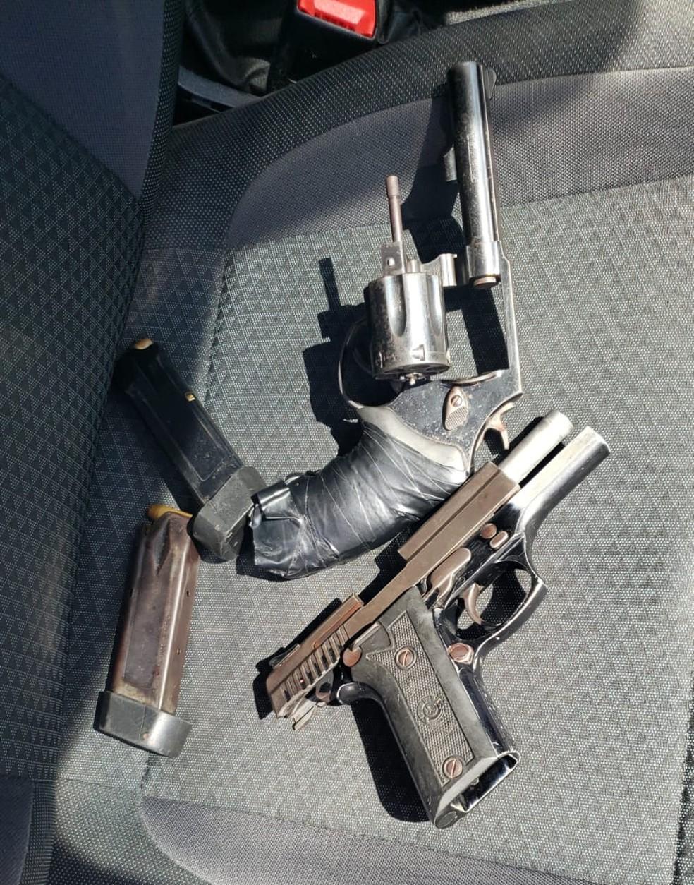 Armas de fogo que seriam usadas no crime foram encontradas dentro do veículo. — Foto: Divulgação/Polícia Civil