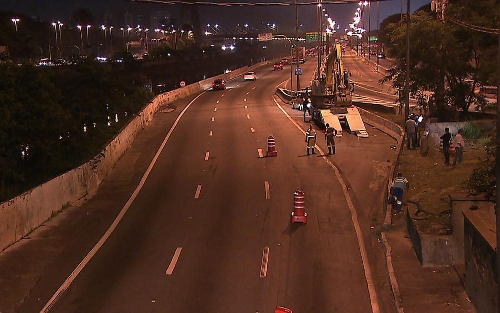 Interdição de pista expressa da Marginal após rompimento de rede de esgoto em canteiro — Foto: Reprodução/TV Globo
