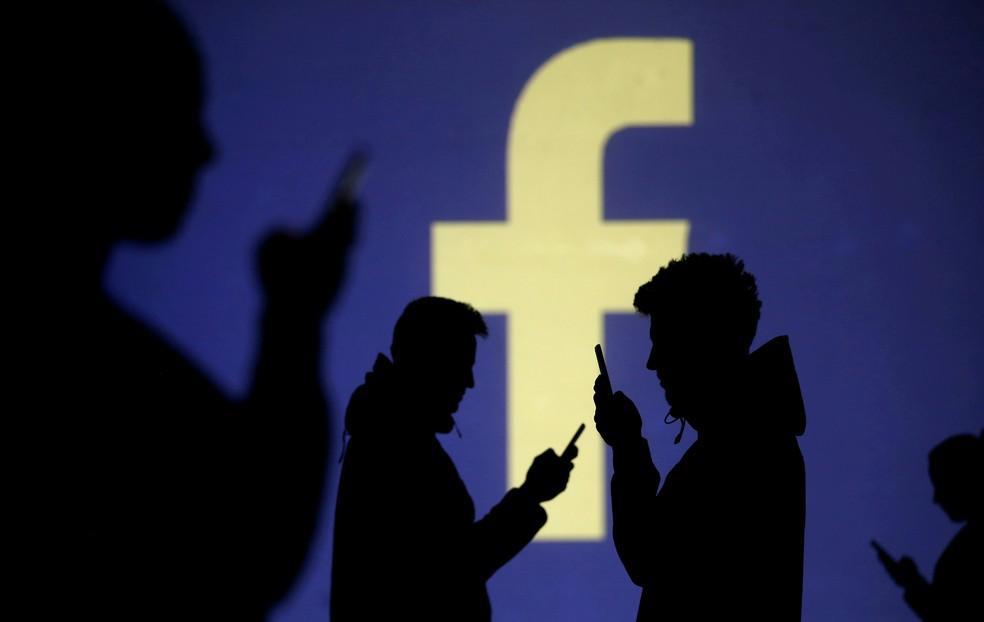 facebook silhuetas celular companhia empresa — Foto: Dado Ruvic/Reuters