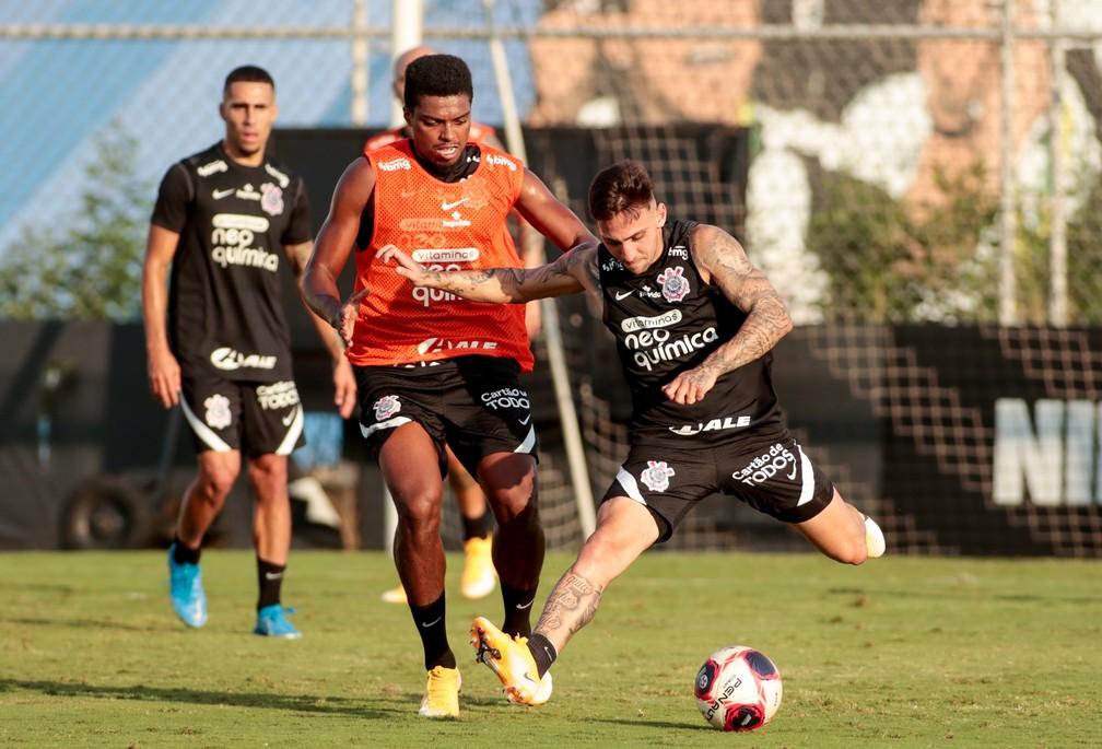 Jemerson disputa bola com Gustavo Mosquito no CT do Corinthians — Foto: Rodrigo Coca/Ag. Corinthians