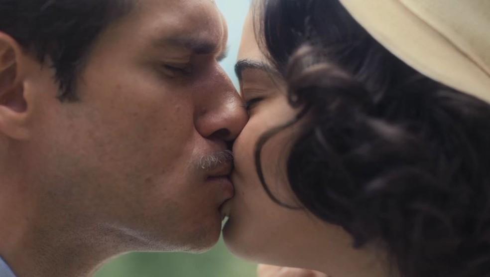 Felício (Paulo Rocha) e Isabel (Giullia Buscacio) se beijam em 'Éramos Seis' — Foto: Globo