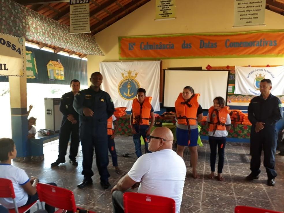 -  Alunos da escola municipal Antônio Pereira da Silva, de Santarém-Miri, foram orientados sobre importância do uso do colete salva-vidas  Foto: CFS/Div
