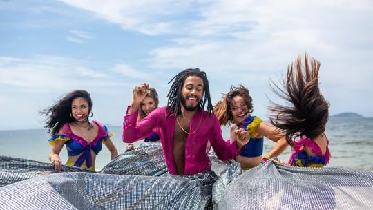 Ícaro Silva grava clipe de lambada na praia para cena de 'Verão 90'
