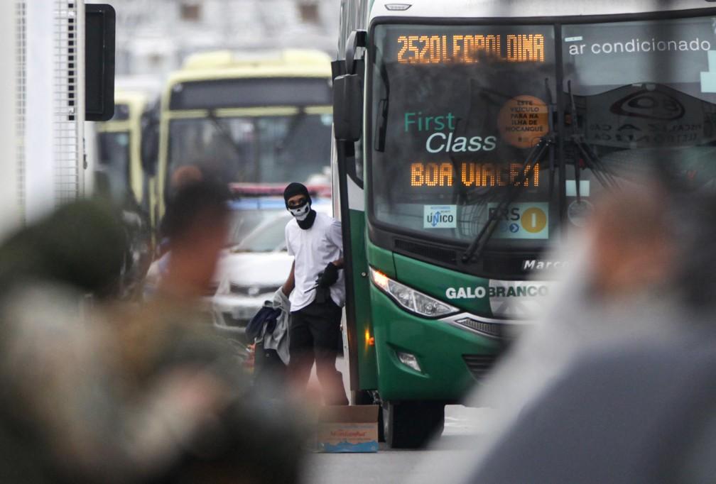 O sequestrador do ônibus da viação Galo Branco é visto na ponte Rio-Niteroi — Foto: Ricardo Cassiano/Agência O Dia/Estadão Conteúdo