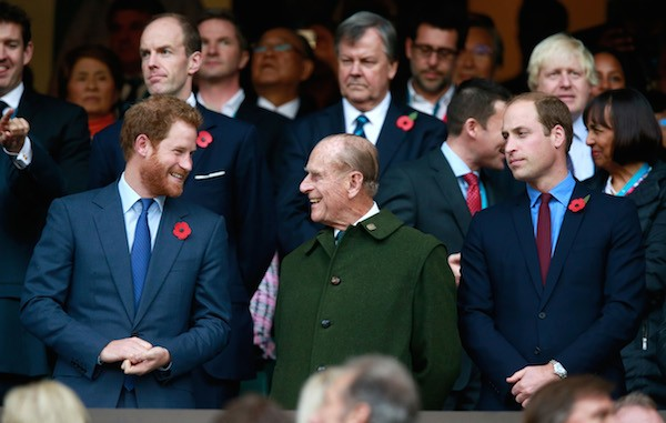 O Príncipe Philip com seus netos, Harry e William (Foto: Getty Images)