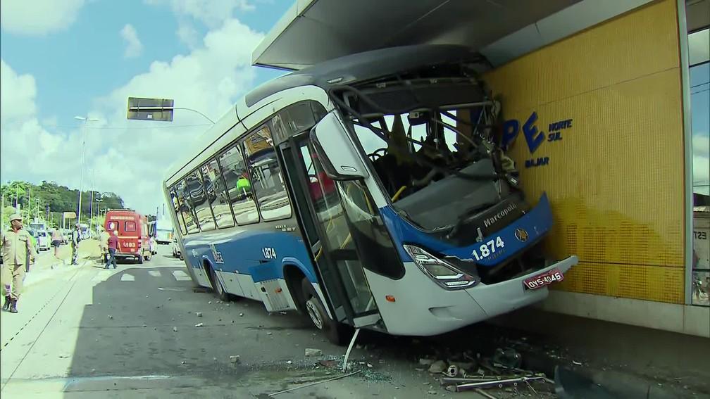 Motorista de BRT perdeu o controle da direção e colidiu contra estação no Recife — Foto: Reprodução/TV Globo