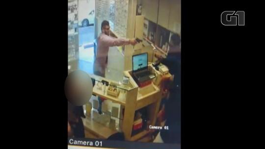 Pai e filho são mortos a tiros durante assalto a relojoaria em Estância Velha; veja o vídeo