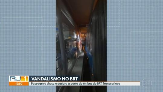 Flagrante de vandalismo em um ônibus do BRT