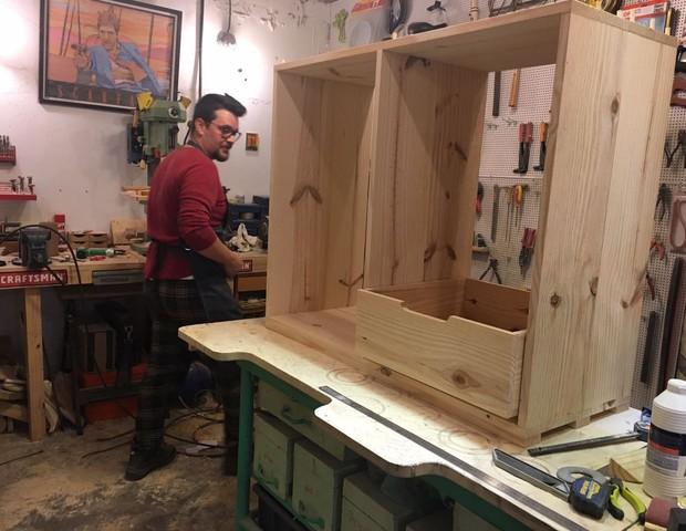 Diego construindo a cômoda do filho Benício (Foto: Arquivo Pessoal)