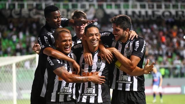 Ricardo Oliveira comemora o primeiro gol contra a URT