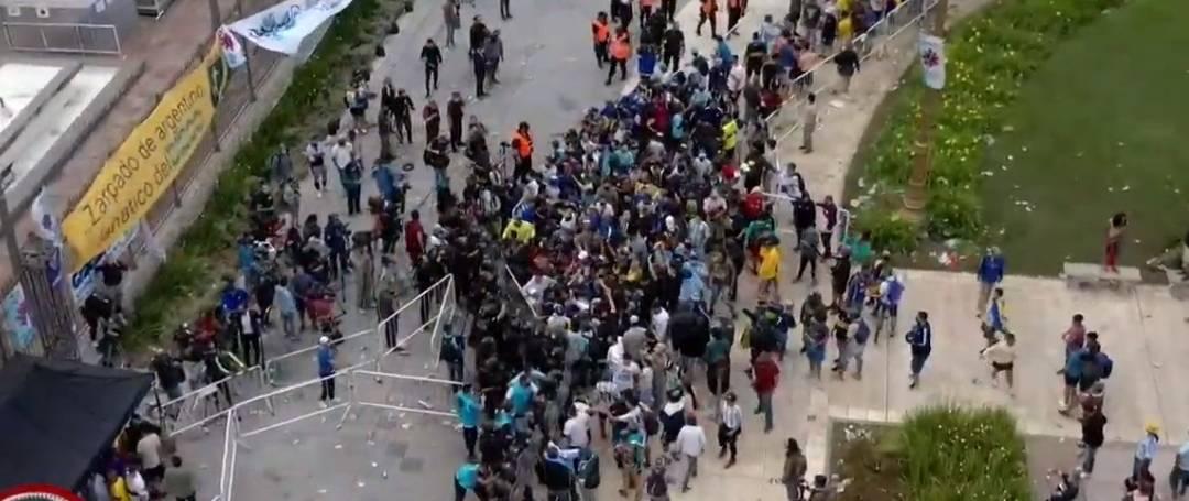 Princípio de confusão na abertura dos portões da Casa Rosada para velório de Maradona