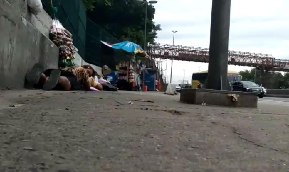 Pessoas que passavam pela Avenida Brasil se jogaram no chão durante tiroteio — Foto: Reprodução